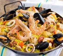 Paella-alla-valenciana-con-carne-e-pesce